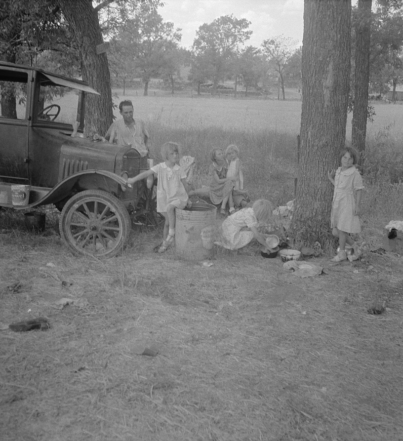 Migrant family from Oklahoma in Texas. A family of six alongside the road.