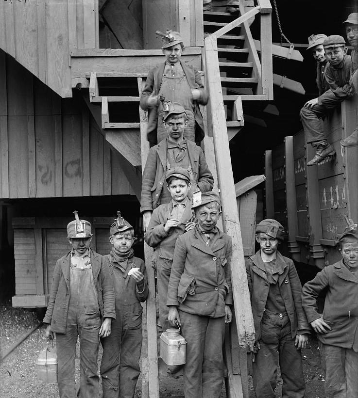 Breaker boys, Woodward Coal Mines, Kingston, Pa. 1913 - photograph Detroit Publishing Co.
