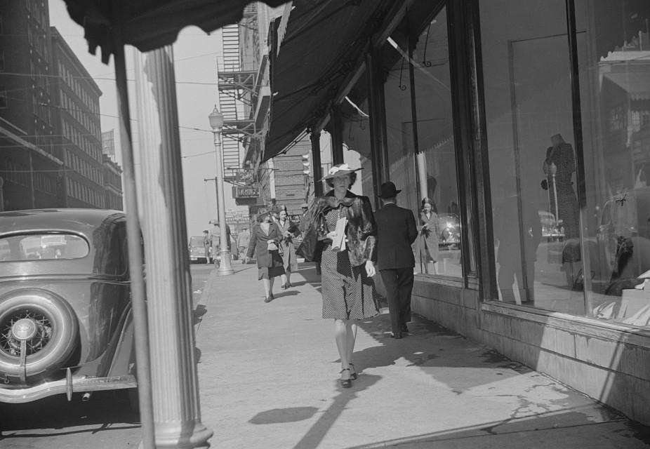 Salesgirl, fashionably dressed, Atlanta, Georgia may 1939