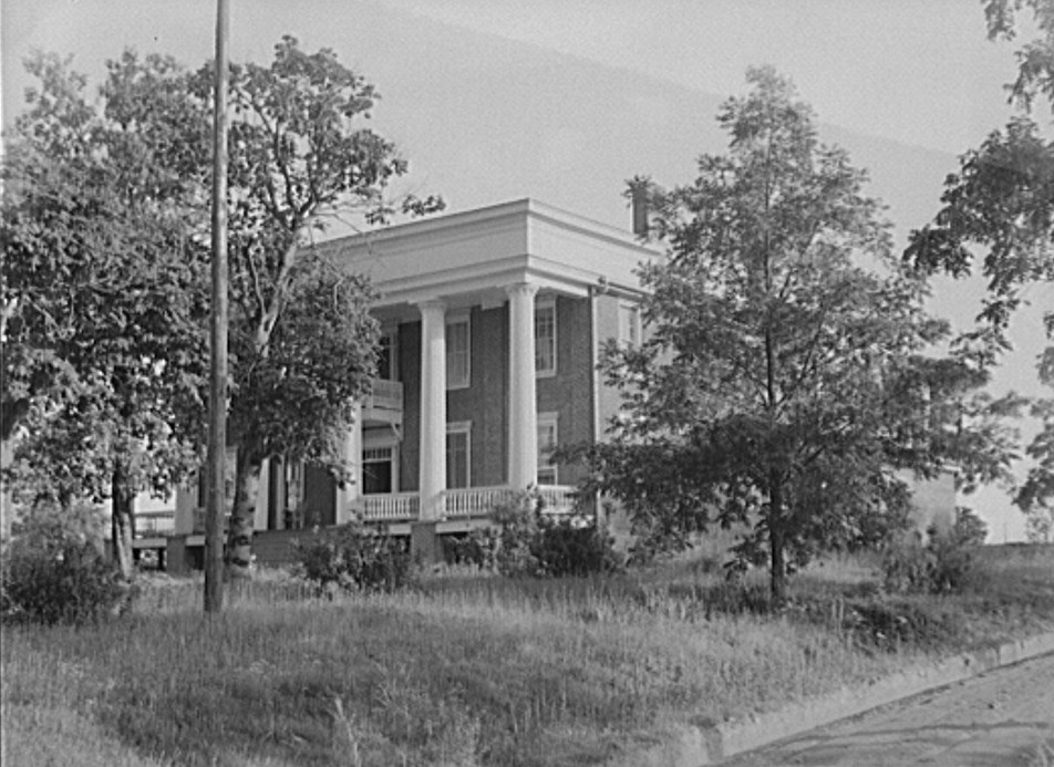 Old plantation house on main highway between Greensboro and Augusta, 2Georgia