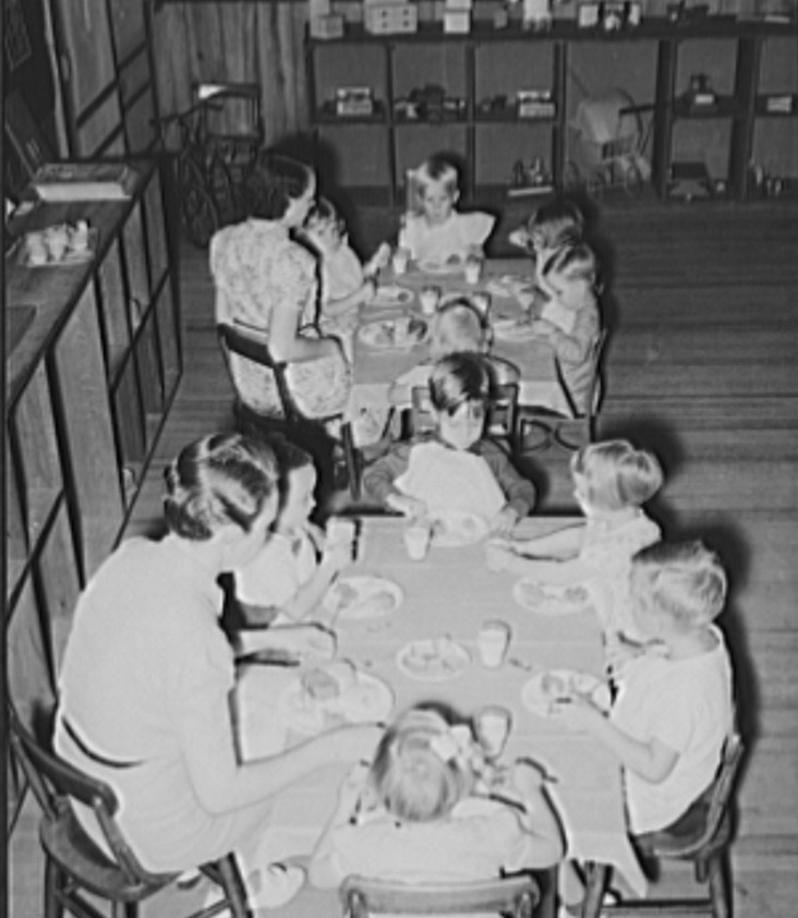 Kindergarten children eating lunch at the school2