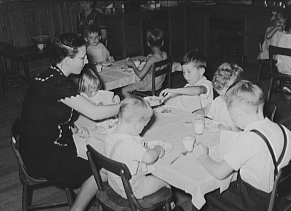 Kindergarten children eating lunch at the school3