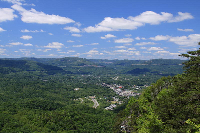 Middlesboro,_Kentucky;_viewed_from_the_Pinnacle_Overlook_in_April,_2013.