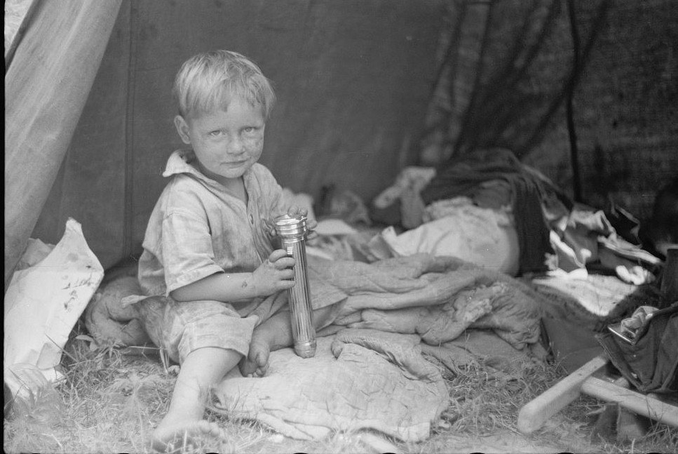 Migrant child eating, Berrien County, Michigan 1940