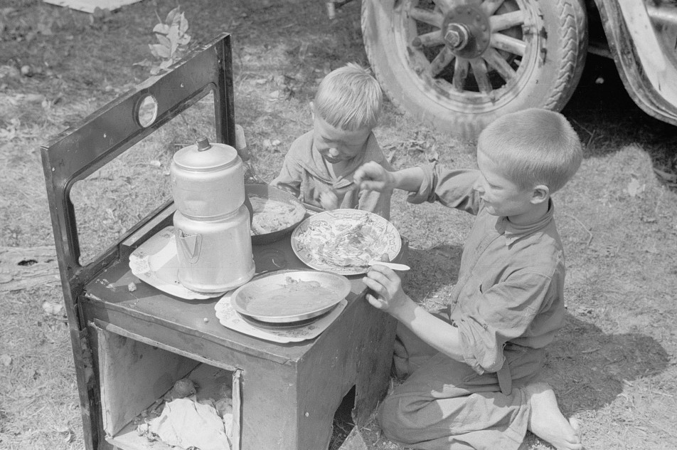 Migrant children eating, Berrien County, Michigan 1940