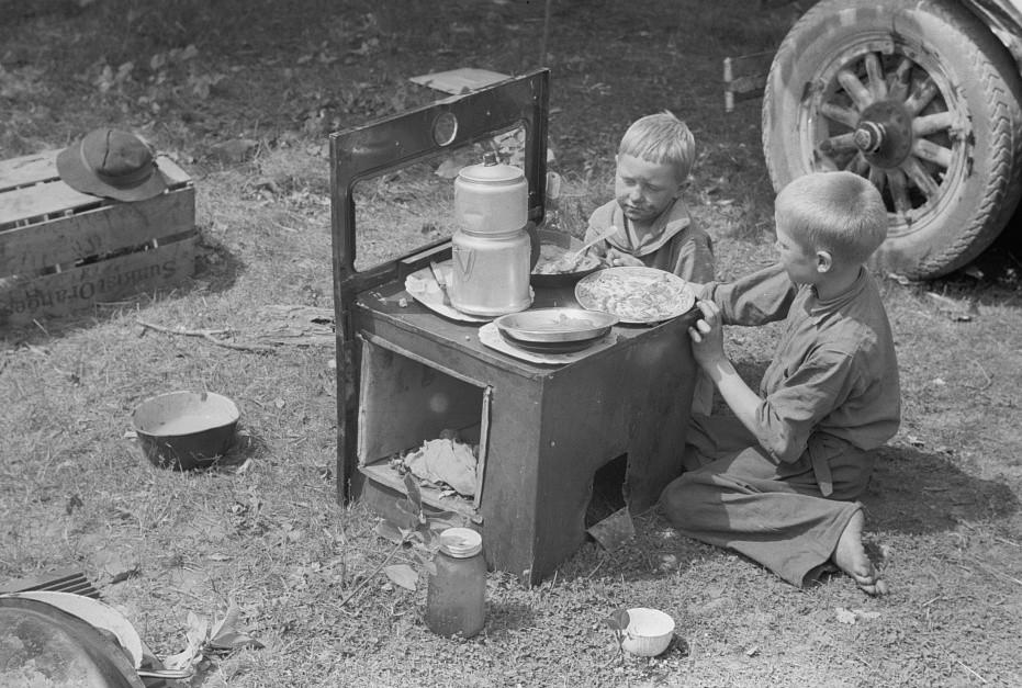 Migrant children eating, Berrien County, Michigan2 1940