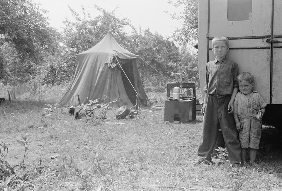 Migrant children eating, Berrien County, Michigan4 1940
