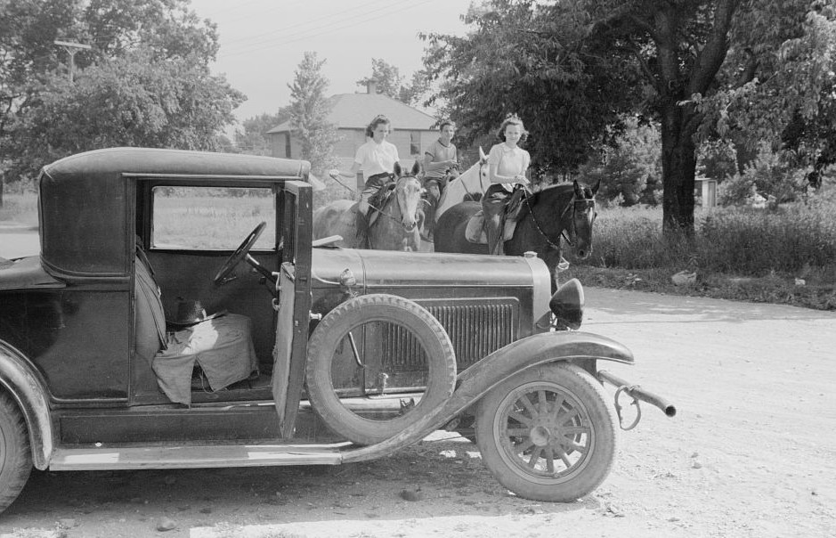 Migrants getting car ready to move on in search for work, Berrien County, Michigan 1940