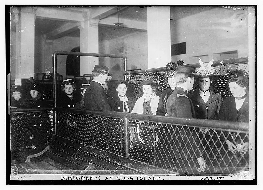 Immigrants - Ellis Island between 1907-19172