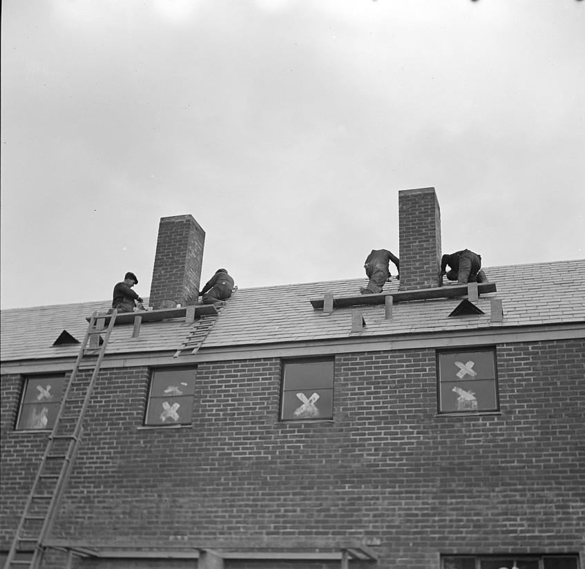 Men working on flashing of chimney. Greenhills, Ohio russell lee feb. 1937