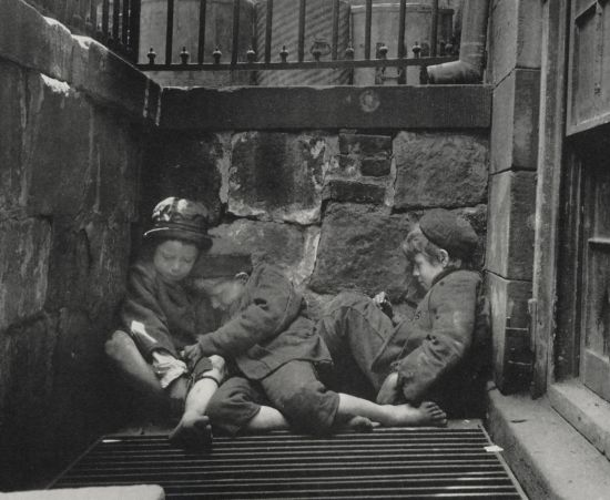 2914-Sleeping_homeless_children_-_Jacob_Riis