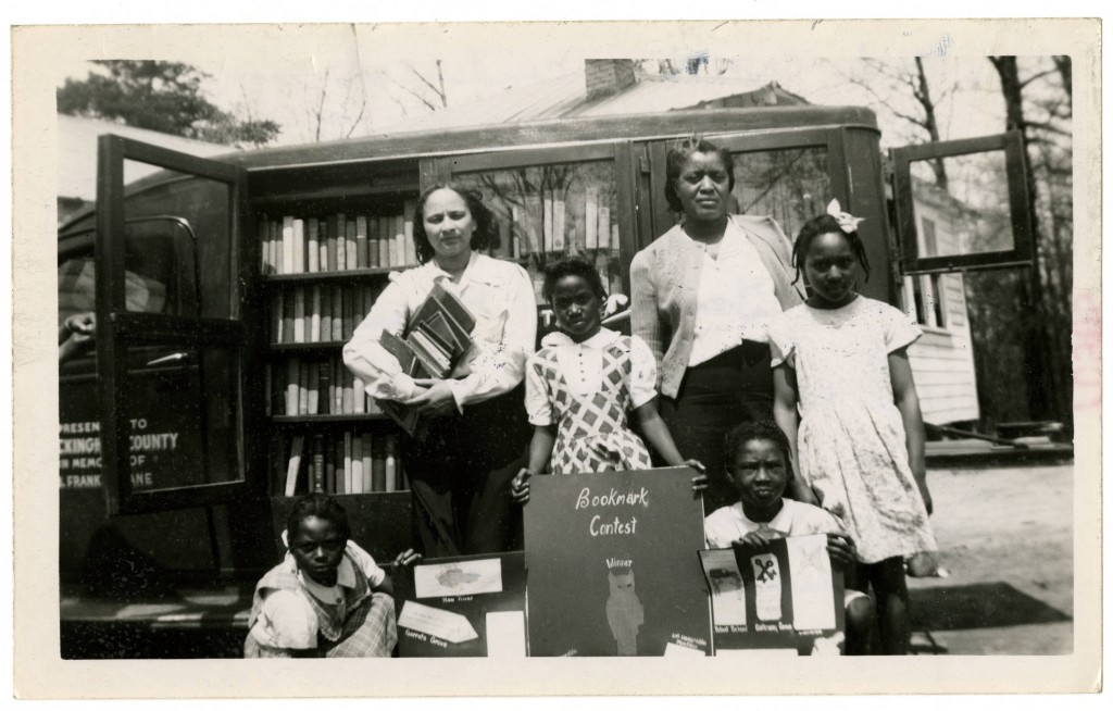 Bookmark_contest_winner_Geroline_Graves_center_and_others_pose_in_front_of_bookmobile