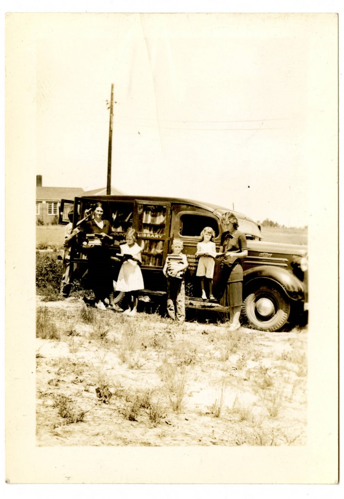 Mrs_E_T_Roberts_and_family_in_front_of_bookmobile