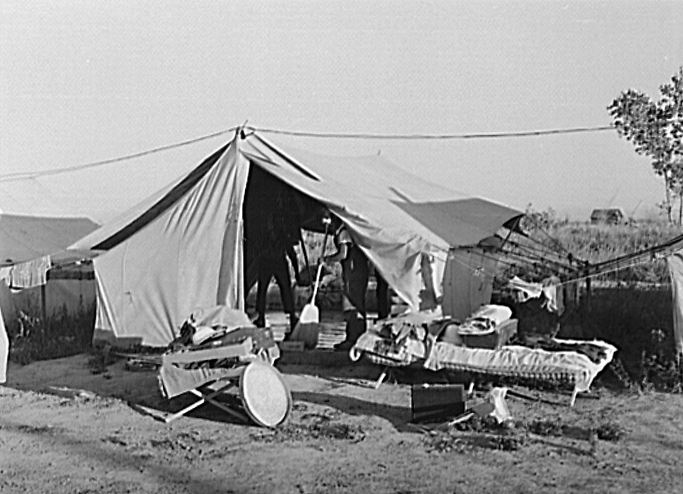 Nyssa, family cleans up tent home, July 1942 2 (Russell Lee, Library of Congress)