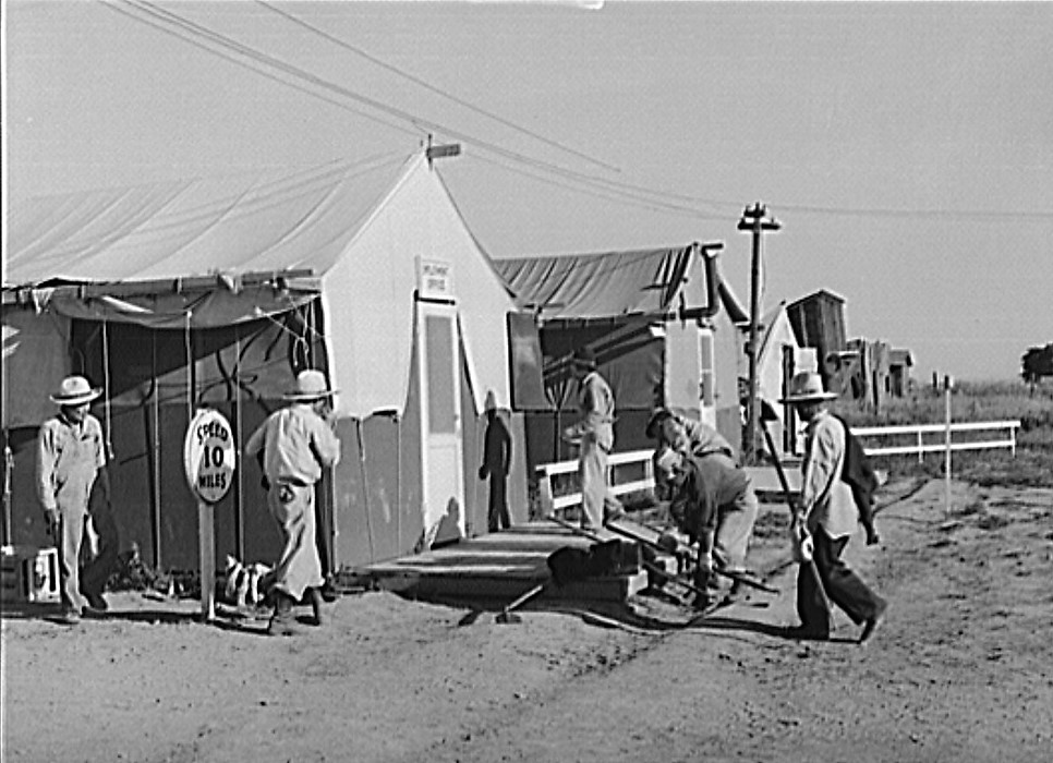 Nyssa, family cleans up tent home, July 1942 (Russell Lee, Library of Congress)